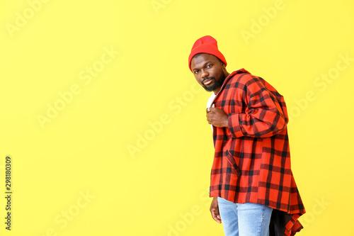 Fotomural  Portrait of handsome African-American man on color background