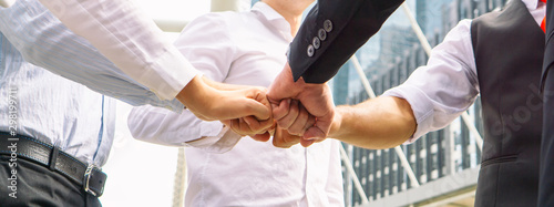 Business people shaking hands Canvas-taulu