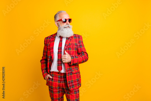 Photo Photo of cool grandpa white beard model guy standing self-confidently posing for