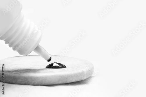 Master puts drop of glue for eyelashes extension procedure Fototapet