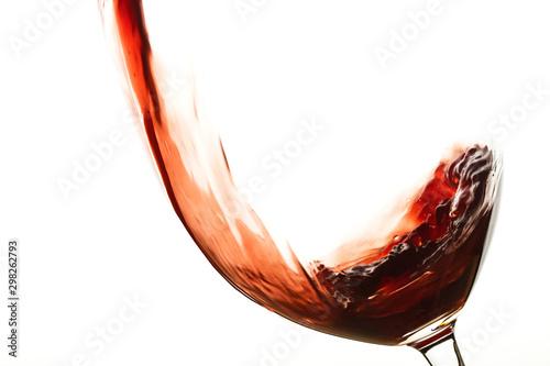 Llenando copa de vino tinto con movimiento sobre fondo blanco aislado vista de frente Wallpaper Mural