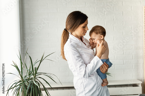 Fotomural  Female pediatrician and crying baby boy.