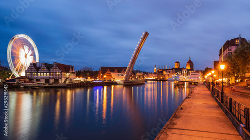 Photo Amazing lights on cityscape of evening Gdansk, view from Wapienny Bridge on bascule footbridge