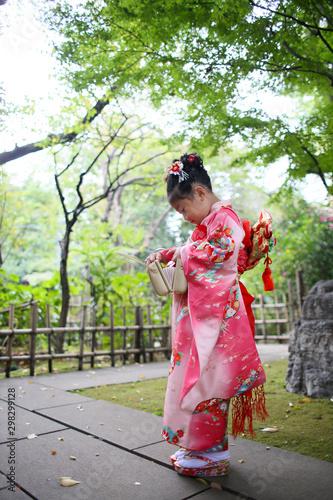 Photo  七五三 A girl wearing kimono visits a shrine at Shichigosan celebration for 7 and 5