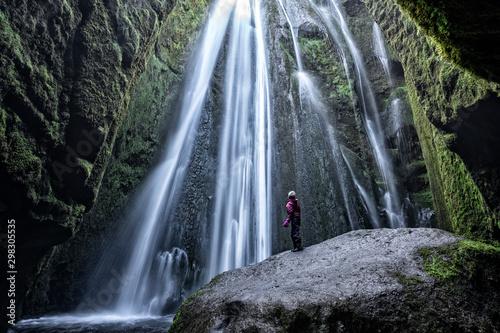 Fényképezés stunning view of the Gljurar Foss cascade inside a cavern in south western Icela