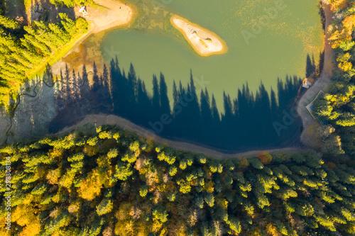 Foto auf Gartenposter Orange big lake in the middle of mountains during autumn