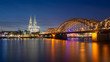 Vue de la cathédrale de Cologne à l'heure bleue