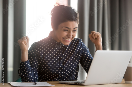 Fotografía  Excited indian employee receiving good news at office