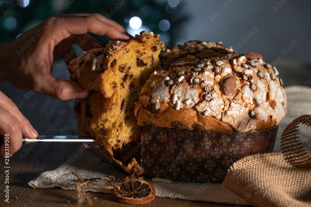 Fototapeta Panettone, tipico dolce natalizio italiano con mandorle, cioccolato e zucchero