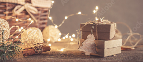 Photo  Christmas and zero waste, eco friendly packaging gifts in kraft paper on a woode