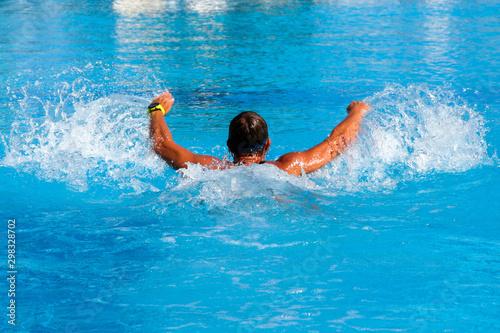 Fototapeta Młoda kobieta pływanie sportowe w basenie