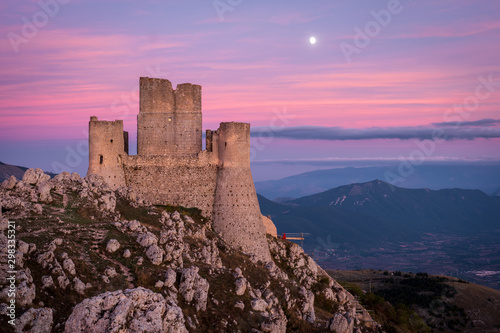 Photo Ruins of medieval castle of Rocca Calascio after sunset and moon rising with mou