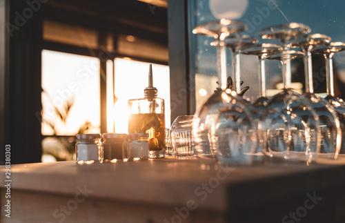 Leinwand Poster Ustensiles de service en restaurants (verres, huiles, couverts)