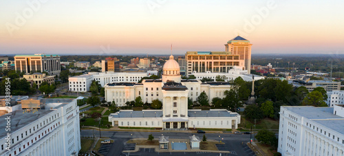 Photo Dexter Avenue leads to the classic statehouse in downtown Montgomery Alabama