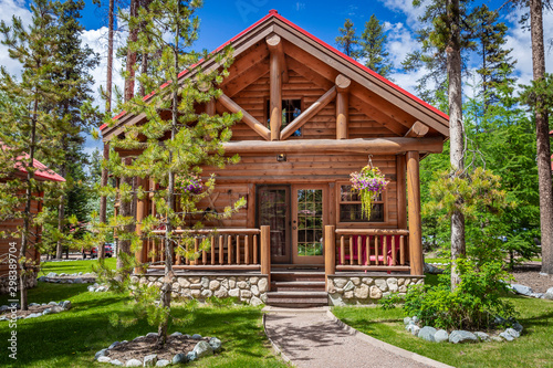 Photo frontal image of a beautiful new modern log cabin.