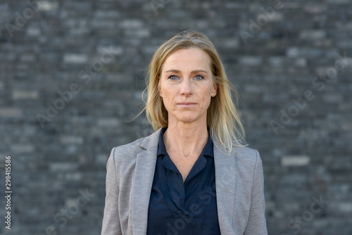 Fotografía  Portrait of determined middle-aged business woman