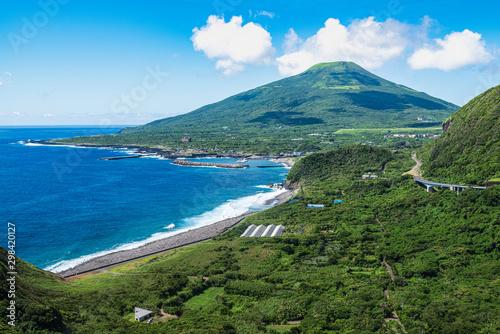 Fotomural 八丈島の八丈富士と海