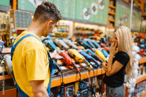 Fotomural  Assistant and female purchaser in hardware store