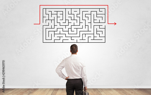 Fotografía  Businessman in doubt looking to a maze and searching the way out