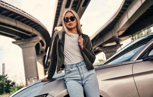 Fotomural  Young woman near car