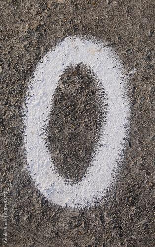 Fotografie, Tablou  Sinal O ou 0 de cor branca gravado em cimento