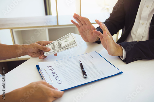 Fototapeta  Business partners submit fraudulent cash to entrepreneurs whose male businessmen refuse to accept bribes in the office