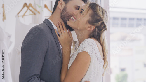 Canvas Happy bride and groom in wedding dress prepare for married in wedding ceremony