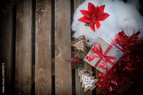 Fondo de Navideño con regalos adornos y flor de pascua Slika na platnu