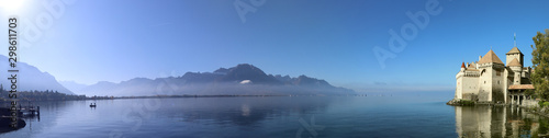 Fotografía Panoramic view of Chillon castle next to Montreux with fog over the lake in sunn