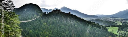 Fototapeta  Reutte, Österreich: Panorama auf die Highline 179 und die Burg Ehrenberg