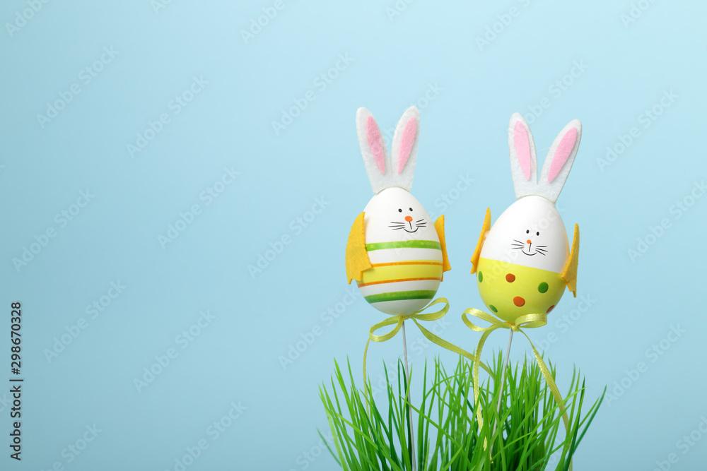 Fototapeta Due uova di pasqua vestite da coniglietto