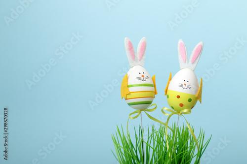 Due uova di pasqua vestite da coniglietto - 298670328