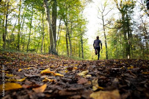 Mann beim joggen im Wald Fototapete