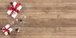 Frohe Weihnachten Grusskarte, Geschenke auf Holztisch, Winter X-Mas Hintergrund