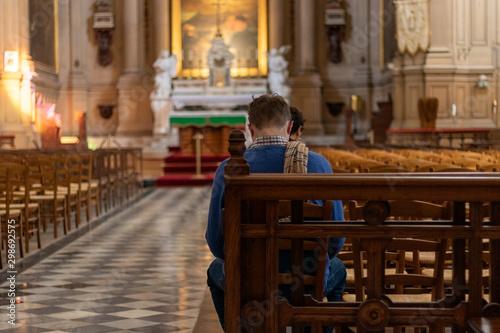 Homme priant dans une église Slika na platnu
