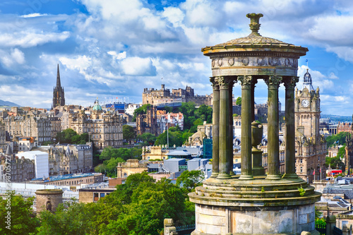 Foto  The city of Edinburgh in Scotland on a summer day