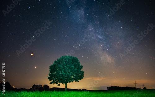 Plakat Droga Mleczna z samotnym drzewem na wzgórzu