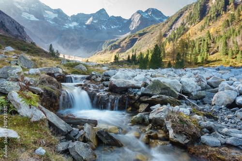 kleiner Gebirgsbach in den Alpen des Zillertals in Tirol Canvas-taulu