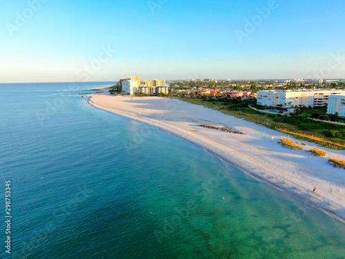 Photo Aerial view of St Pete beach and resorts in St Petersburg, Florida USA
