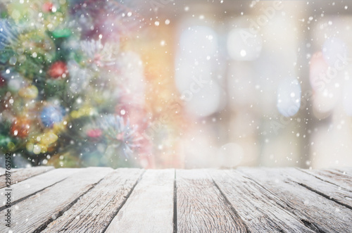 Poster Pays d Europe Empty wood table top on blur with bokeh Christmas tree and new's year decoration on window background with snowfall - can be used for display or montage your products.