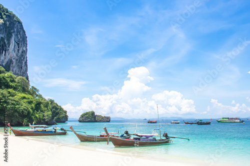 Fotografia  Lots of boat tours and tourists on the beach at Poda island , Krabi in Thailand