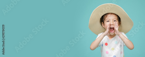 Excited Asian little girl is announcing telling a secret or shouting, empty spac Fototapet