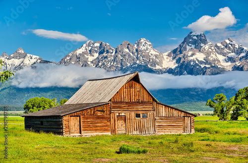 Old mormon barn in Grand Teton Mountains with low clouds Canvas-taulu