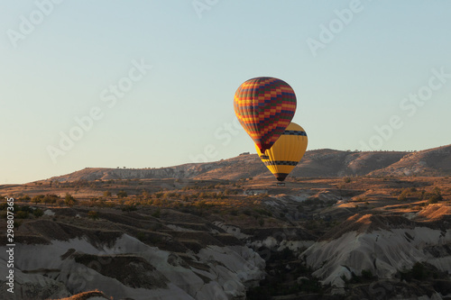 hot air balloons over the village of Göreme in Cappadocia Canvas-taulu