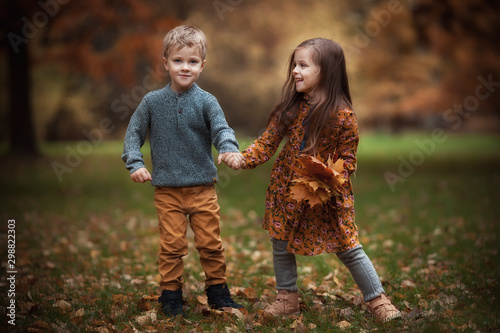 Foto  Funny twins in autumn park