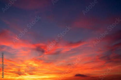 Montage in der Fensternische Rotglühen cielo de colores rojos azules y morados en un atardecer