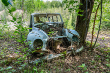 Old Car Wreck Left To Rust In ...