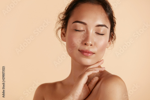 Beauty Face Woman With Natural Makeup And Healthy Skin Portrait Beautiful Asian Girl Model Touching Fresh Glowing Hydrated Facial Skin On Beige Background Closeup Skin Care Concept Kaufen Sie Dieses Foto