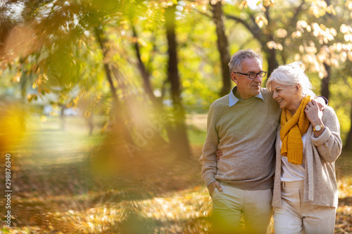 Obraz Happy senior couple in autumn park - fototapety do salonu