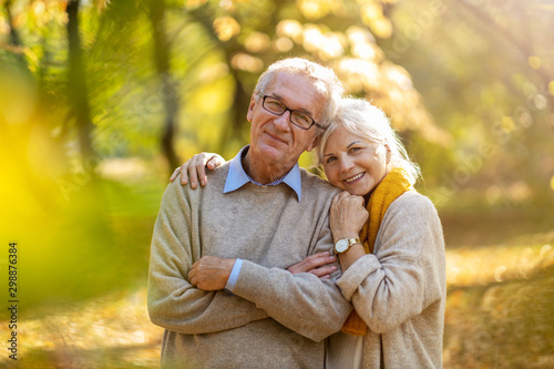 Obraz Happy senior couple in autumn park - fototapety do salonu